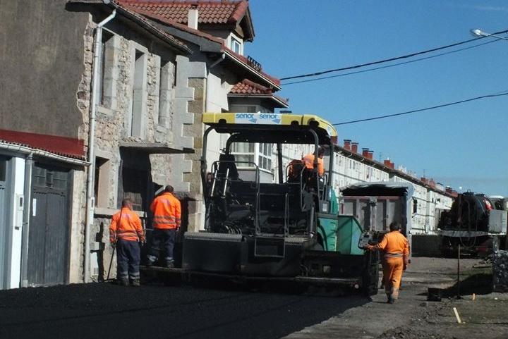 El Ayuntamiento asfalta un tramo de la Avenida Naval