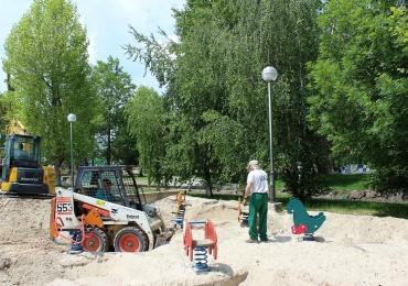El Consistorio instala nuevo pavimento de caucho en el parque infantil del Campo Colorado