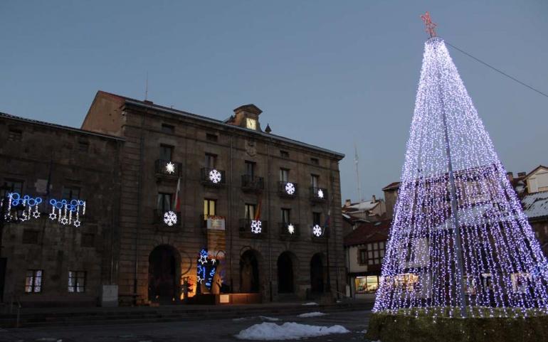 Reinosa luce desde hoy su tradicional iluminación navideña