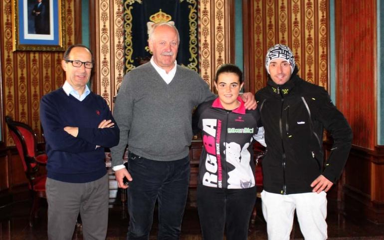 La campeona de España de Bike Trial Sara Hernández recibe la felicitación del alcalde de Reinosa