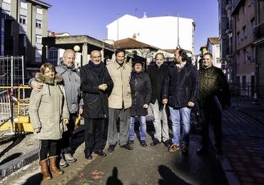 El consejero de Obras supervisa junto al alcalde de Reinosa la obra de reforma de la Plaza de la Constitución
