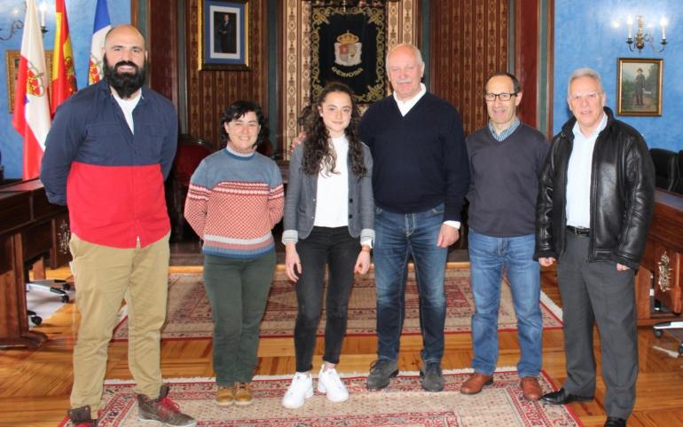 La atleta Candela Gutiérrez recibe la felicitación del alcalde de Reinosa