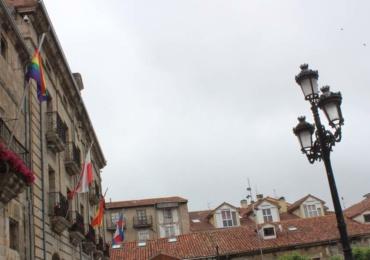 """La bandera """"Arco Iris"""" ondea en el Ayuntamiento de Reinosa"""