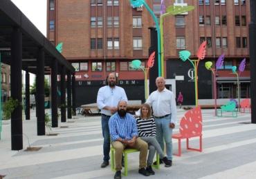 El Ayuntamiento instala el nuevo mobiliario de la Plaza de la Constitución