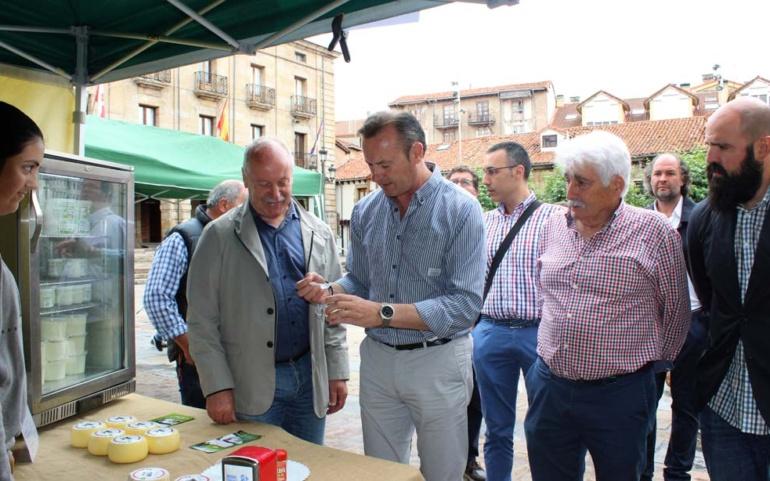 El consejero de Alimentación visita el Mercado Campurriano