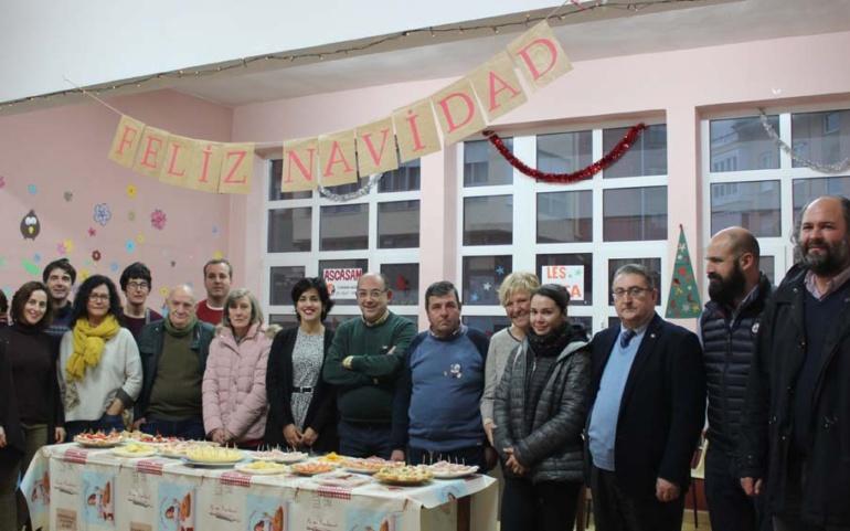 Usuarios, familias y profesionales se reúnen en torno al encuentro navideño de Ascasam