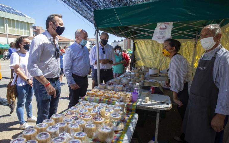 Blanco asiste al XVII Mercado Campurriano y destaca la seguridad sanitaria con la que se ha desarrollado