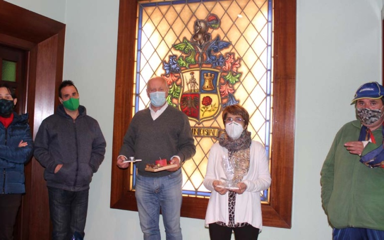 Usuarios del Centro de Día de AMPROS obsequian al Ayuntamiento con adornos navideños