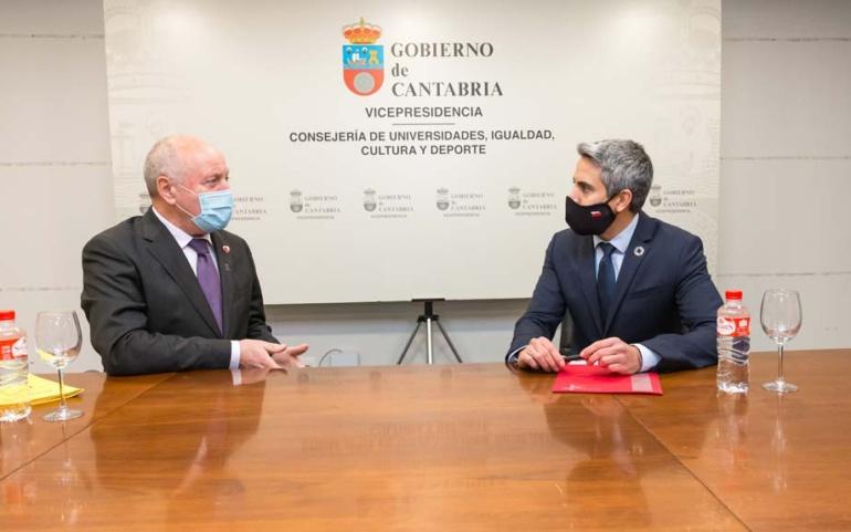 Elalcalde y el vicepresidente estudian la mejora de las piscinas y del polideportivo Tito Carrera