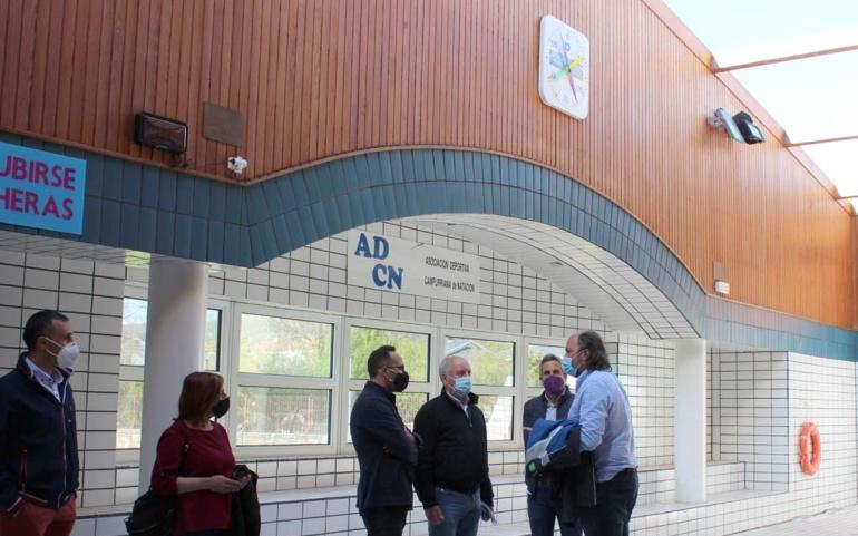 El Gobierno regional y el Ayuntamiento colaborarán en la reparación de la cubierta de las piscinas climatizadas