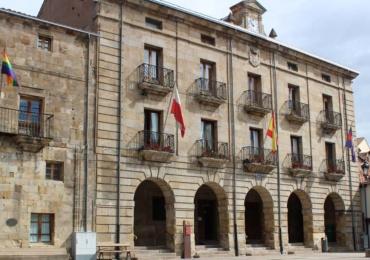La bandera arcoiris ondea en el Ayuntamiento de Reinosa