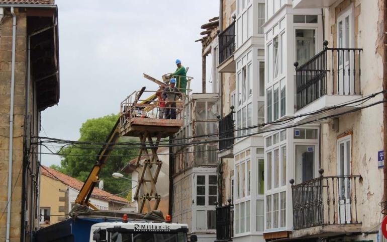 Comienza el derribo de los inmuebles de la calle Rodrigo de Reinosa declarados en ruina