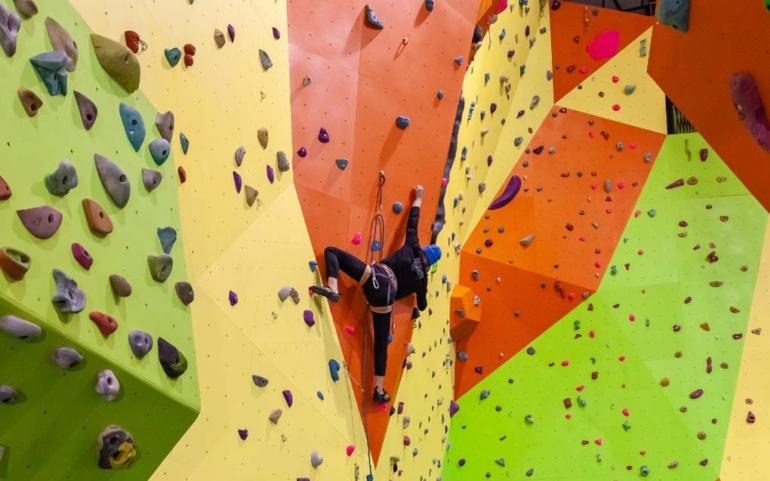 El Ayuntamiento  y el Club Tres Mares La Milana ofertan cursos de escalada en la escuela que pondrán en marcha