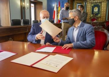 El Gobierno regional y el Ayuntamiento firman un convenio para reparar la cubierta de la piscina